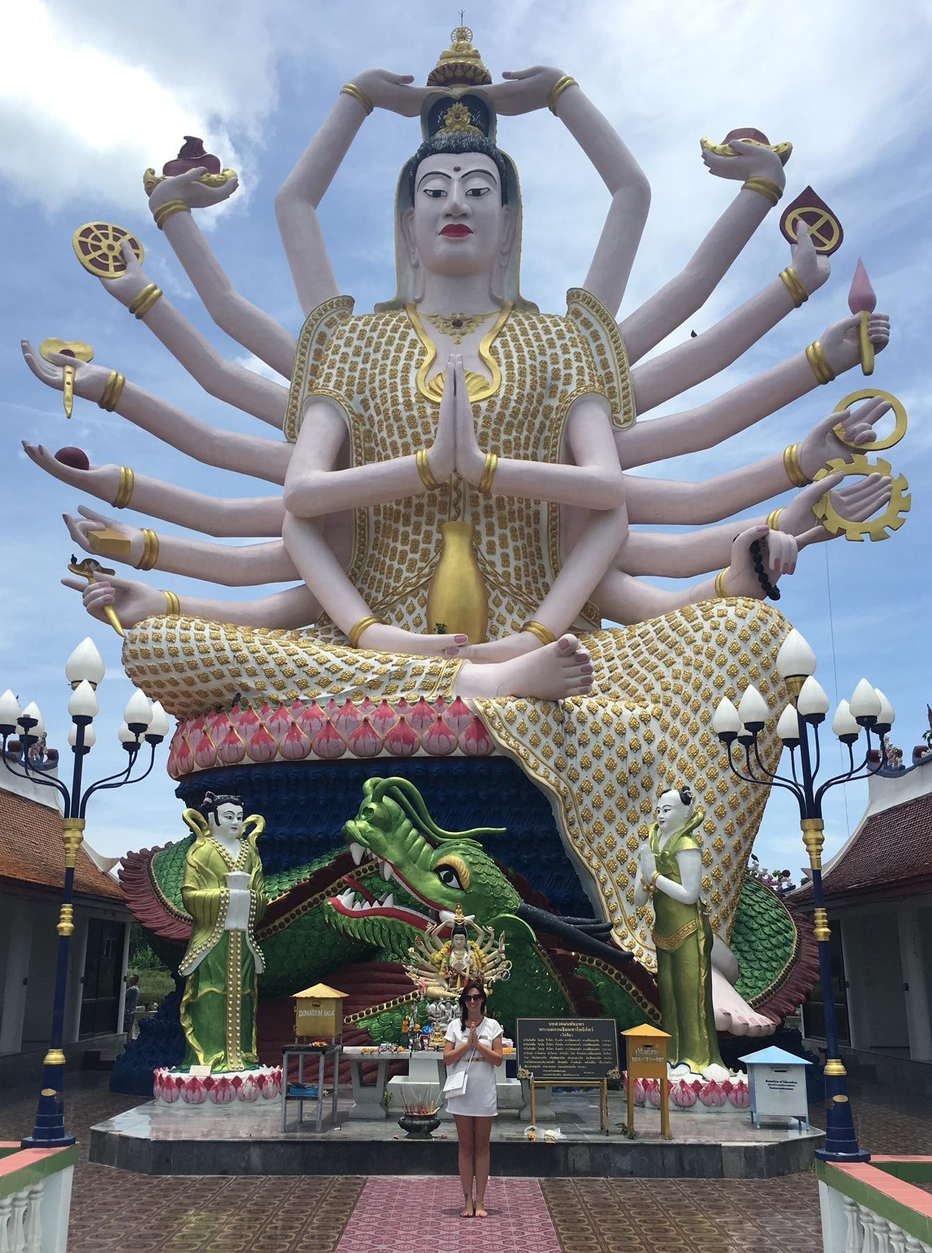 Marie devant un temple bouddhiste sur l'île de Koh Samui située en Thaïllande